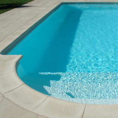 Piscine coque rectangulaire polyester fond plat bequia for Avis piscine coque polyester