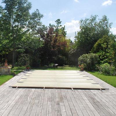 b ches barres et couvertures pour s curiser l 39 acc s la piscine. Black Bedroom Furniture Sets. Home Design Ideas