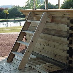 Escalier en bois exotique pour acc s aux piscines hors sol for Bois exotique piscine