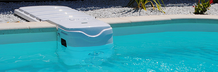 Coque polyester mancora piscine fond plat avec escaliers for Bloc filtration piscine enterre