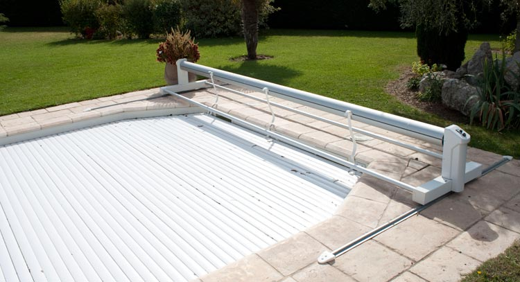 Volet automatique hors sol eca bahia mobile sur rails for Piscine sol mobile
